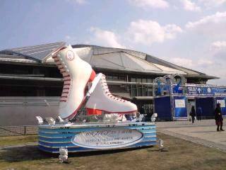 体育館とスケート靴オブジェ.jpg